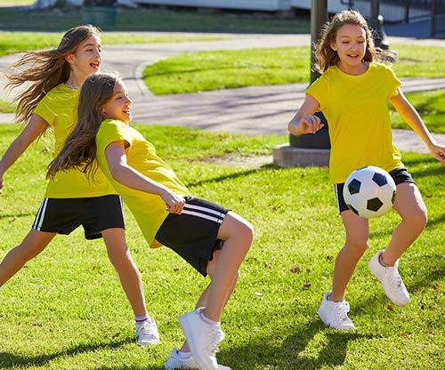 Chicas jugando a fútbol tras las clases